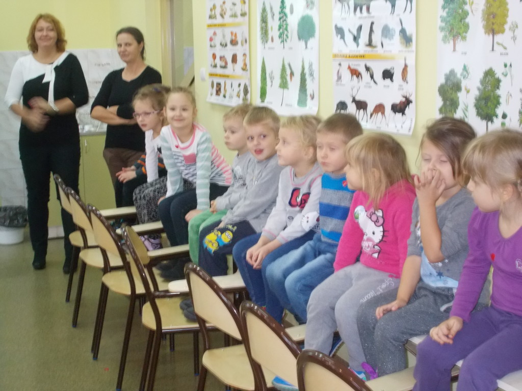 """Zajęcia edukacyjne dzieci z grupy """"Pszczółki"""" w Gimnazjum im. Janusza Korczaka w Strzałkowie"""