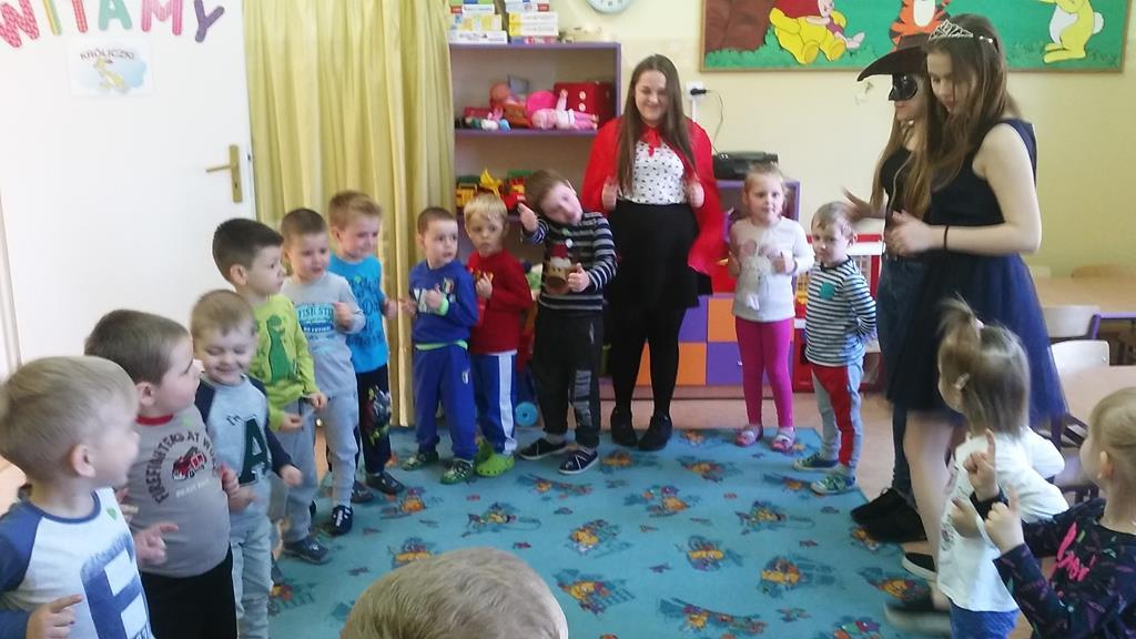 Zajęcia edukacyjne w grupie Króliczki prowadzone przy udziale młodzieży ze strzałkowskiego gimnazjum