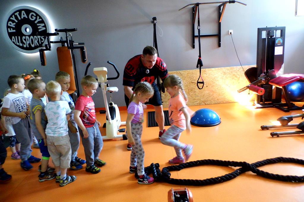 Bezpieczne ćwiczenia przedszkolaków z grupy Pszczółki